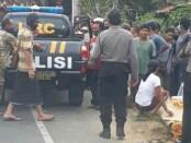 Petugas kepolisian dari Polsek Payangan saat membantu evakuasi korban, Minggu (5/7/2020) kemarin - foto: Catur/Koranjuri.com