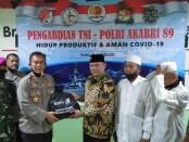Penyerahan bantuan paket sembako dari Brigjen Pol Bayu mewakili AKABRI Angkatan 89 kepada Ketua PCNU Kota Surakarta, H.M. Mashuri, SE., M.Si -  foto: Koranjuri.com