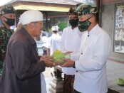 Pangdam IX/Udayana menyerahkan dana punia kepada Pengempon Pura Besakih yang diterima oleh Jro Mangku Suyasa, Minggu, 5 Juli 2020 - foto: Istimewa