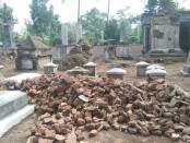 Material bangunan kuna yang ada di makam Kherkof Dezentji - foto: Koranjuri.com