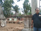 Ketua Forum Budaya Mataram, BRM.Kusuma Putra, SH, MH saat meninjau pembangunan makam kherkof dezentji di Desa Candi, Ampel,Boyolali - foto: Koranjuri.com