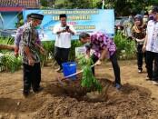 Bupati Purworejo Agus Bastian, saat menanam tanaman durian, dalam pencanangan Desa Karangmulyo, Kecamatan Purwodadi sebagai Kampung Durian, Kamis (09/07/2020) - foto: Sujono/Koranjuri.com