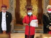 Gubernur Bali Wayan Koster saat mengumumkan 3 Pergub yakni, Pergub 26/2020 tentang sistem pengamanan lingkungan terpadu berbasis Desa Adat (Sipandu Beradat), Pergub tentang perlindungan danau, mata air, sungai dan laut (Pergub 24/2020) serta Pergub tentang Pura, pratima dan simbol keagamaan (Pergub 25/2020) - foto: Istimewa