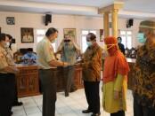 Bupati Purworejo Agus Bastian, saat menyerahkan tali asih kepada perwakilan anggota KORPRI yang purna tugas, di ruang Arahiwang Setda Kabupaten Purworejo, Selasa (14/07/2020) - foto: Sujono/Koranjuri.com