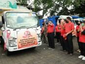 Penyaluran bantuan sembako kepada warga Gianyar yang belum tersentuh bantuan sosial, Jumat (17/7/2020) di Jaba Pura Samuan Tiga, Desa Bedulu, Blahbatuh Gianyar - foto: Catur/Koranjuri.com