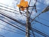Ilustrasi layangan yang tersangkut di tiang listrik