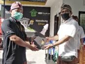 Penyerahan secara simbolis kunci kendaraan pengangkut sampah - foto: Koranjuri.com