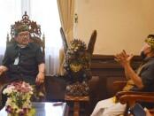 Seniman ukir I Made Ada Astawa bertemu dengan Wagub Tjokorda Oka Artha Ardhana Sukawati di ruang ruang tamu Wagub Bali, Kamis, 23 Juli 2020 - foto: Istimewa
