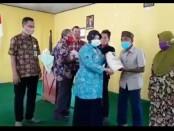 Wakil Bupati Purworejo Yuli Hastuti menyerahkan bantuan berupa beras kepada warga terdampak Covid-19 yang masuk dalam desa miskin di wilayah Kecamatan Bagelen, Kamis (23/07/2020) - foto: Sujono/Koranjuri.com