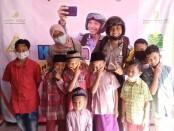Para peserta Khitan Ceria berfoto bersama Pak Babin dan Bu Babin - foto: Sujono/Koranjuri.com