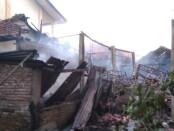 Kebakaran yang terjadi di SMPN 7 Purworejo, Minggu (26/07/2020) sore, mengakibatkan bangunan gudang, kantin, WC, tempat parkir, ludes terbakar dan mengalami kerusakan - foto: Sujono/Koranjuri.com