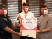 Sekda Provinsi Bali Dewa Made Indra menyerahkan sertifikat penghargaan bagi kelompok relawan yang bergabung dalam kerjasama dan koordinasi Sat Pol PP Provinsi Bali - foto: Istimewa