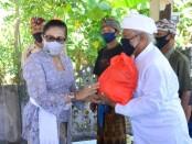 Ketua TP PKK Provinsi Bali Putri Suastini Koster menyerahkan bantuan covid-19 kepada Penglingsir Pura dan kelompok nelayan di warga Desa Kalisada, Seririt, Buleleng, Jumat, 31 Juli 2020 - foto: Istimewa