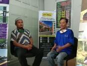 Ariyanto (kiri) owner K.Tin Premium - foto: Koranjuri.com