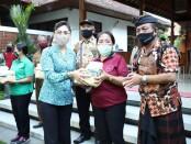 Ketua K3S Surya Adnyani saat menyerahkan bantuan sembako kepada lansia di Kabupaten Gianyar, Selasa (11/8/2020) - foto: Catur/Koranjuri.com