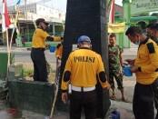 Sebagai bentuk sinergitas antara Polri-TNI, para personel Polsek Kutoarjo melakukan pengecatan gapura dan pagar Koramil 05 Kutoarjo, dipimpin oleh Kapolsek Kutoarjo AKP Markotib, Selasa (04/08/2020) - foto: Sujono/Koranjuri.com