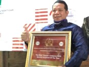 Direktur PDAM Purworejo, Hermawan Wahyu Utomo, ST, MSi, dengan penghargaan dari Majalah Indonesian Ispire, dalam Indonesian Platinum and Best Corporate  Award 2020, dalam kategori The Most Trusted Company with Service Excellent of The Year - foto: Sujono/Koranjuri.com