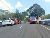 Tiga kendaraan bermotor roda empat yang terlibat dalam kecelakaan beruntun di jembatan Solotiyang, Loano, Purworejo, Jum'at (07/08/2020) - foto: Sujono/Koranjuri.com