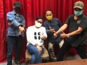 Sastrawan asal Bali Putri Suastini Koster bersama panitia Lomba Cipta Puisi Guru se-Indonesia (LCPGI) Tahun 2020 - foto: Istimewa