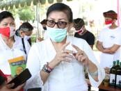 Ketua TP PKK Provinsi Bali Putri Suastini Koster saat meninjau pasar Gotong Royong di Halaman Kantor Gubernur Bali, Jumat, 14 Agustus 2020 - foto: Istimewa