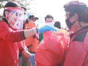Ketua TP PKK Provinsi Bali Putri Koster bersama anggota TP PKK Provinsi Bali, para relawan serta Satgas covid-19 Provinsi Bali turun ke tengah masyarakat  melakukan berbagai kegiatan sosial di Pelabuhan Penyebrangan Tribuana , Desa Kusamba, Klungkung Sabtu (15/8/2020) - foto: Istimewa