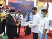 Sekda Kabupaten Purworejo Said Romadhon, saat menyerahkan remisi bagi 64 napi dari Rutan Purworejo dan 20 anak dari LPKA, pada peringatan HUT Kemerdekaan RI ke 75, Senin (18/08/2020) - foto: Sujono/Koranjuri.com