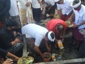 Peletakan batu pertama terhadap pembangunan gedung Majelis Desa Adat dan PHDI Kabupaten Gianyar oleh Gubernur Bali I Wayan Koster, Selasa (18/8/2020) - foto: Catur/Koranjuri.com