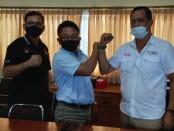 Ketua SMSI Provinsi Bali Emanuel Dewata Oja (kanan) bersama Ketua KPU Kabupaten Jembrana Ketut Tangkas Sudiantara (tengah) dan Divisi Hukum dan Pengawasan Nengah Suardana - foto: Koranjuri.com