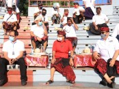 Gubernur Bali Wayan Koster bersama Wagub Tjokorda Oka Artha Ardhana Sukawati menghadiri pentas Tari Kecak Tatanan Kehidupan Baru di Pura Uluwatu, Kabupaten Badung, Sabtu (22/8/2020). Dalam pentas itu, penari mengenakan faceshield dan engenakan masker - foto: Istimewa