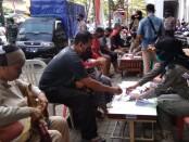 Sejumlah masyarakat yang tidak memakai masker, terjaring dalam razia Gabungan Penegakan Protokol Kesehatan di depan pasar Baledono, Senin (24/08/2020) - foto: Sujono/Koranjuri.com