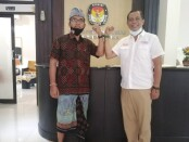 Ketua Serikat Media Siber Indonesia (SMSI) diwakili oleh Ketua Emanuel Dewata Oja (Edo) bersama Ketua KPU Tabanan I Gede Putu Weda Sumbawa, SE., MM. (kiri) - foto: Koranjuri.com