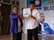 Penyerahan surat dari  DPP PAN, yang diserahkan oleh Ketua DPD PAN Kabupaten Purworejo, Zusron, kepada bacabup Agustinus Susanto, Jum'at (28/08/2020) - foto: Sujono/Koranjuri.com