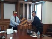 Ketua Persatuan Wartawan Indonesia (PWI) Bali IGMB Dwikora Putra (kanan) bersama Kepala Kantor Perwakilan wilayah Bank Indonesia (KPwBI) Provinsi Bali Trisno Nugroho - foto: Istimewa