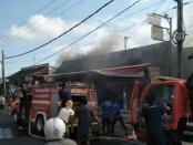Petugas Pemadam Kebakaran Kabupaten Gianyar saat memadamkan api yang membakar sebuah kios kebutuhan rumah tangga di Banjar Manikan Guwang Sukawati, Selasa (1/9/2020) - foto: Catur/Koranjuri.com