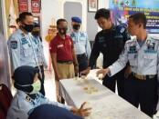Pelaksanaan tes urine dan tes skrining HIV bagi para pegawai dan warga binaan Rutan Purworejo, Kamis (03/09/2020) - foto: Sujono/Koranjuri.com