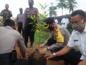 Kapolres Purworejo AKBP Rizal Marito, saat melakukan penanaman pohon pada launching Kampung Siaga Candi 2020 di Desa Rejowinangun, Kemiri, Kamis (04/09/2020) - foto: Sujono/Koranjuri.com