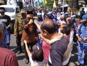 Paslon petahana Agus Bastian-Yuli Hastuti, disambut hangat warga selama perjalanan menuju kantor KPU Purworejo, Minggu (06/09/2020) - foto: Sujono/Koranjuri.com
