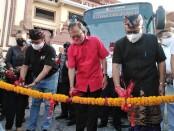 Gubernur Bali Wayan Koster bersama Sekretaris Daerah Kota Denpasar AAN Rai Iswara melakukan pemgguntingan pita pada launching layanan berbasis transportasi masal Tran Metro Dewata di Pasar Badung, Denpasar, Senin, 7 September 2020 - foto: Koranjuri.com