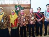 Budiyono (paling kanan), Ketua MKKS SMK Kabupaten Purworejo periode 2020-2023, bersama pengurus lainnya - foto: Sujono/Koranjuri.com