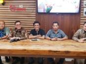 RSN (tengah) bersama pengacaranya, dari kiri: Gde Mulya Agus Jaya, Fredrik Billy, Kaspar Gambar, Derry Firmansah, dari kantor Advokat BILLY & Partners - foto: Istimewa