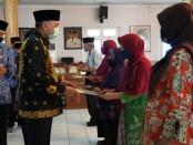 Bupati Purworejo Agus Bastian, saat menyerahkan tali asih bagi 68 PNS yang purna tugas, Jum'at (11/09/2020) - foto: Sujono/Koranjuri.com