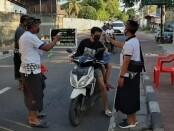 Petugas melakukan pindai suhu tubuh - foto: Ilustrasi/source: baliprov.go.id