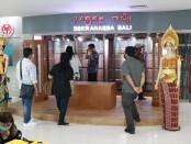 Dewan Kerajinan Nasional Daerah (Dekranasda) Provinsi Bali mulai melakukan penataan produk lokal khas Bali untuk display pameran di areal keberangkatan Bandara Ngurah Rai Tuban, Badung pada Selasa (29/9/2020) - foto: Istimewa