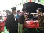 Subhan Firdaus, Kepala Bengkel Nasmoco Magelang, saat meninjau pelaksanaan program Nasmoco Go to School didampingi Kepala SMK VIP Ma'arif NU 1 Kemiri, Sutarjono, Rabu (14/10/2020) - foto: Sujono/Koranjuri.com