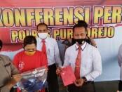 Kasatreskoba Polres Purworejo Iptu Setyo Raharjo, saat menunjukkan barang bukti berupa BH dan sabu-sabu yang menjerat tersangka R. - foto: Sujono/Koranjuri.com