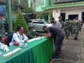 Kegiatan tes urine yang diikuti oleh prajurit dan PNS Kodim 1616/Gianyar, Senin (19/10/2020) - foto: Catur/Koranjuri.com