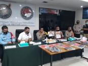 Polda Metro Jaya melalui Kabid Humas Kombes Pol Yusri Yunus menggelar konferensi pers terkait kronologis ditemukannya terpidana mati Chai Changpan yang tewas gantung diri di hutan Jasinga - foto: Bob/Koranjuri.com