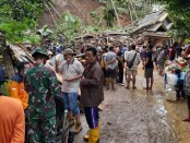 Tanah longsor di Desa Kalijering, Pituruh, mengakibatkan sejumlah rumah mengalami kerusakan, Senin (26/10/2020) - foto: Sujono/Koranjuri.com