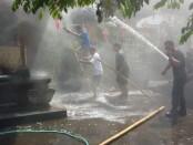 Petugas Damkar Kabupaten Gianyar saat berusaha memadamkan api yang membakar bale piyasan milik warga di Padang Tegal Ubud, Sabtu (3/10/2020) - foto: Catur/Koranjuri.com