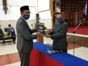 Keterangan foto : Penyerahan surat mandat pengangkatan ketua STIE AUB dari ketua yayasan AUB Dr.Anggoro, MM kepada Dr. Agus Utomo, M.M / Foto: koranjuri.